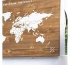 Carte du monde blanche sur un format en bois décoratif