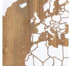 Carte du monde blanche sur un tableau en bois pour une déco tendance