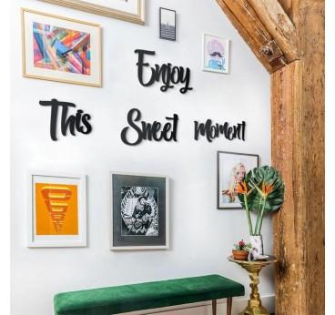 Décoration design métallique de la citation enjoy dans un intérieur moderne