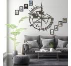 Decoration métal design de la carte du monde avec boussole dans un intérieur moderne