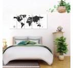 Tableau de la carte du monde en noir et blanc dans une chambre moderne et contemporaine