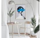 Tableau design d'une femme avec une trace de peinture bleue et un cadre doré pour votre décoration murale