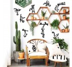 Décoration murale métallique de singes dans un intérieur moderne et boho