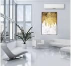 Tableau abstrait peinture couleur or et marbre dans une décoration murale de salon