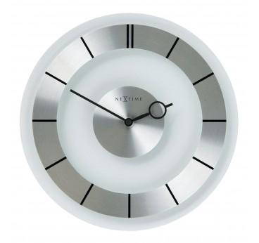 Horloge murale moderne en couleur argentée pour un intérieur contemporain