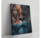 Tableau d'artiste sur toile imprimée d'un lion dans l'eau en mode portrait pour votre déco murale
