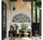 Cadre métallique de fleurs dans une décoration murale de salon avec une touche noire
