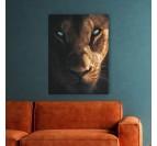 Tableau lionne tendance sur fond noir pour un intérieur design et sauvage