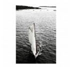 Photo d'art de voilier sur l'eau avec effet noir et blanc pour une déco d'intérieur moderne