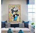 Tableau street art du personnage de Monopoly avec des marques de luxe dans une déco murale