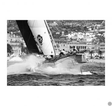 Tableau imprimé photo design de catamaran à l'attaque dans la mer