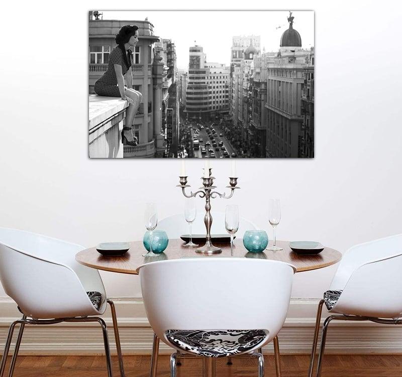 Tableau photo d'art urbaine d'une femme regardant la ville