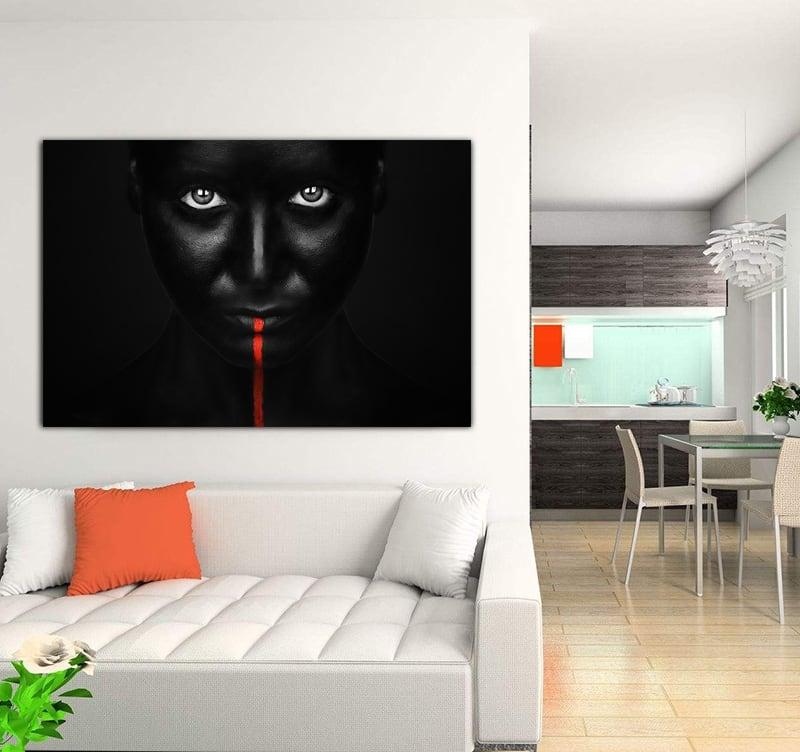 Photo d'art aluminium sur fond noir d'un visage avec un trait rouge pour une décoration moderne