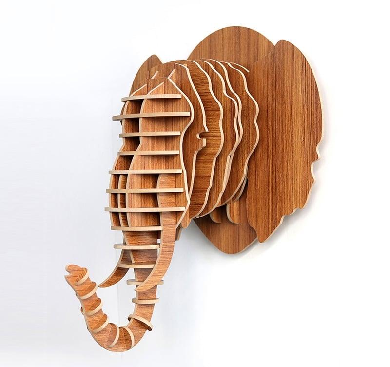 Décoration murale bois contemporaine d'un éléphant avec sa trompe pour un intérieur unique