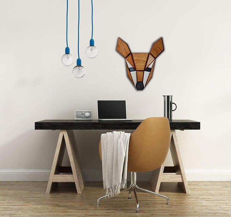 Tête d'animal design d'une biche en bois entièrement faite à la main dans un bureau moderne