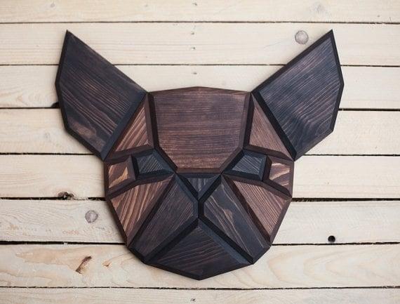 Décoration murale bois en forme de trophée d'animal de bouledogue pour un intérieur chic