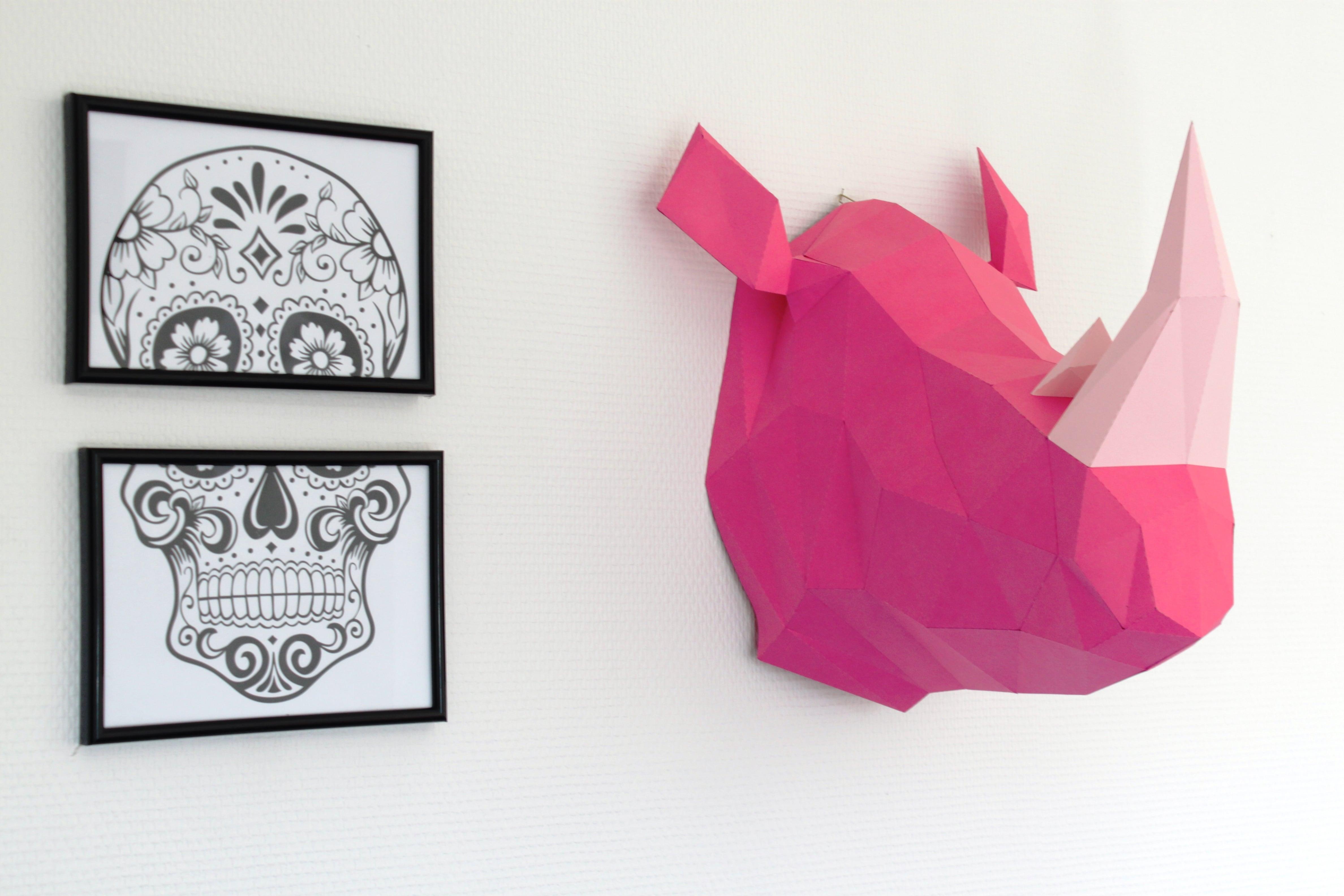 Trophée mural design tête de rhinocéros coloré pour une décoration murale stylée et originale