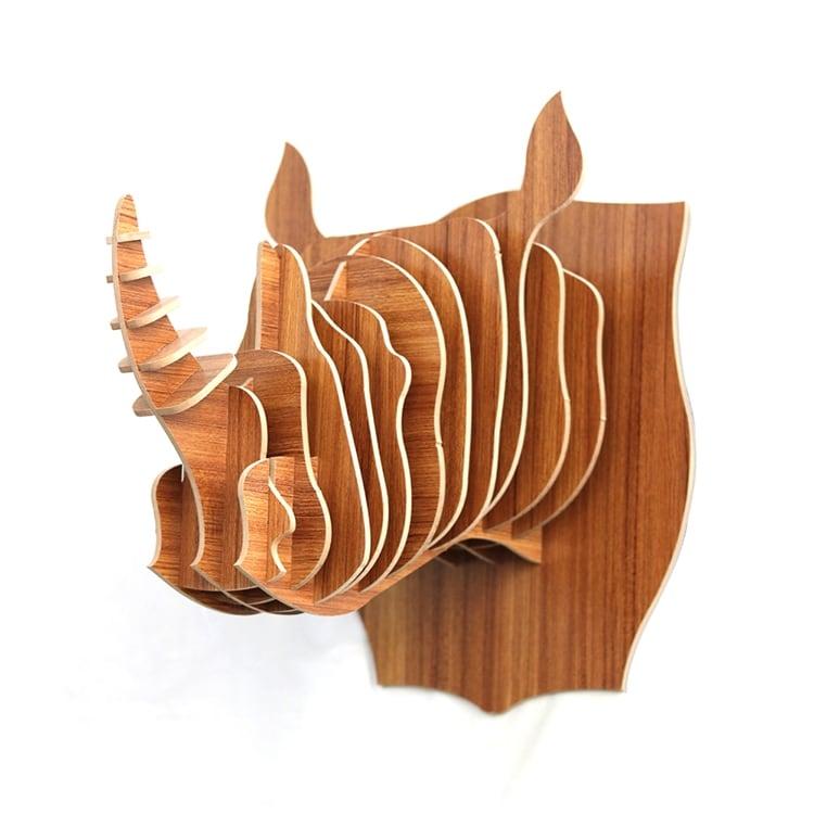 Décoration tête de mur design d'un rhinocéros en bois pour un intérieur animal