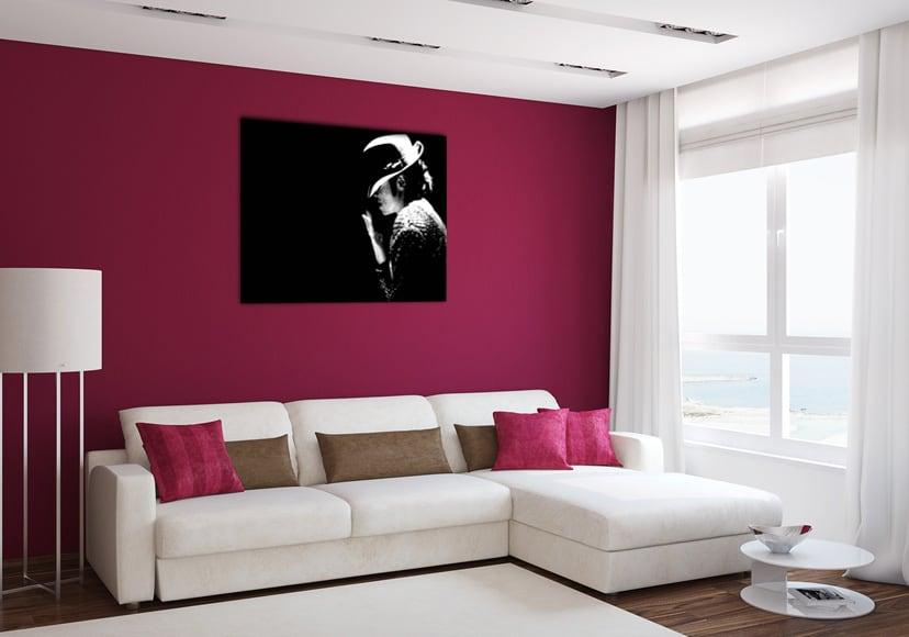 Mur au ton rose avec en présentation notre tableau design de Michael Jackson