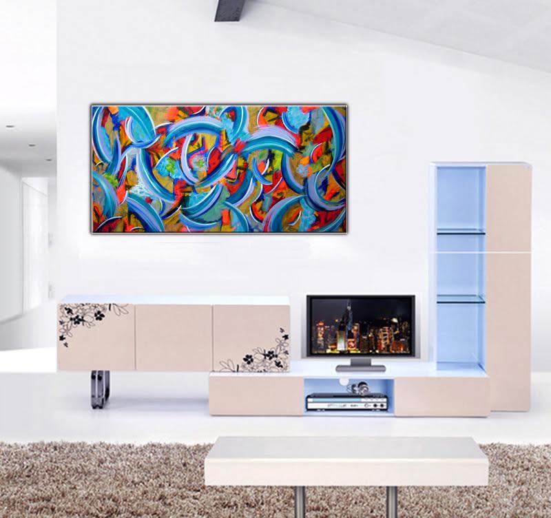 Tableau peinture abstrait bleuté en présentation dans un salon design