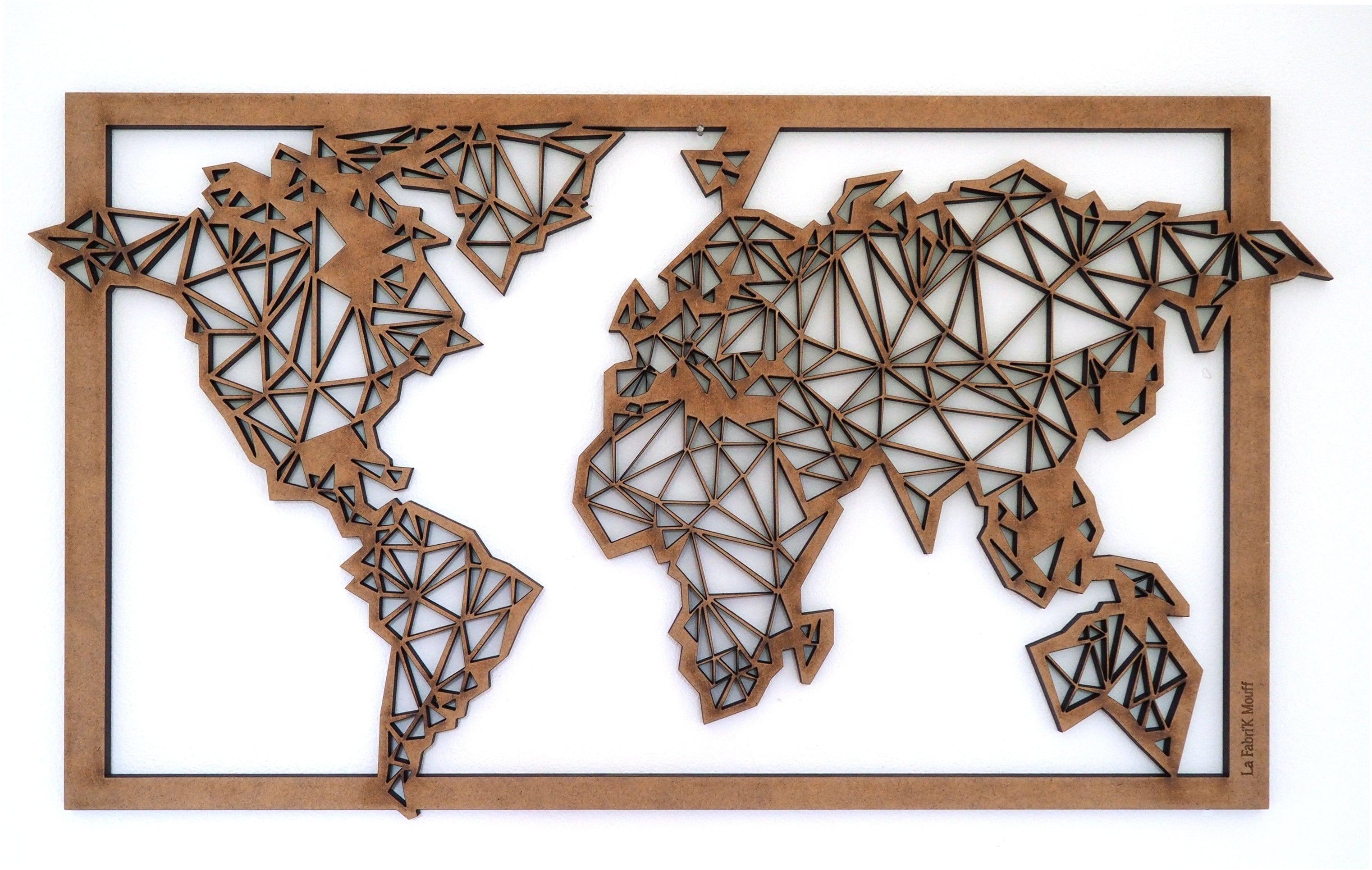 Décoration murale en bois de la carte du monde dans une version géométrique