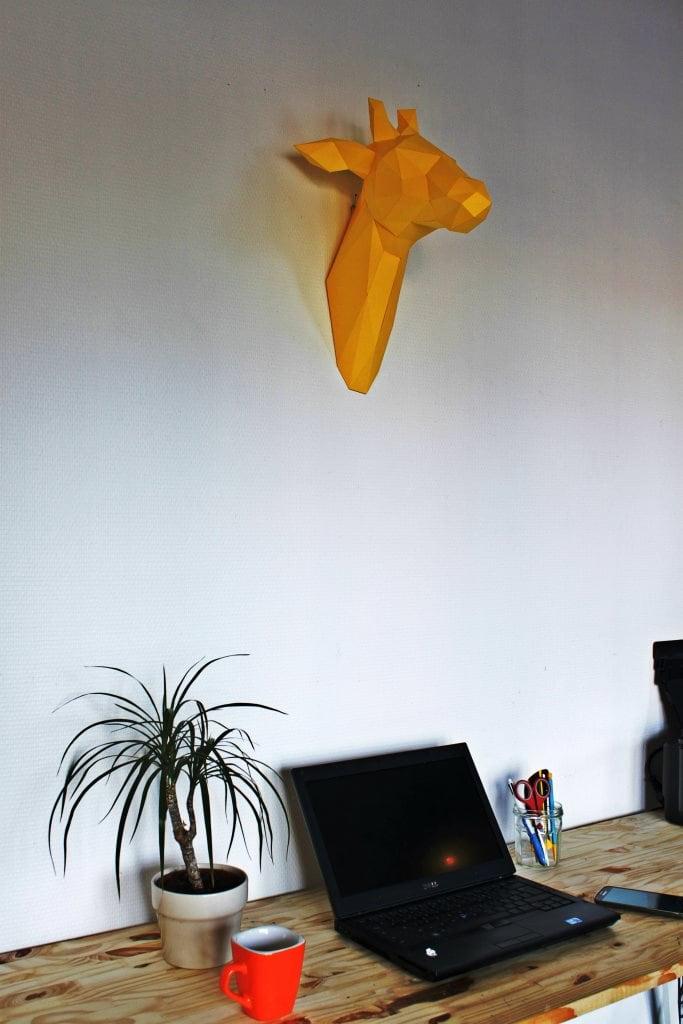 Trophée mural papier girafe colorée pour un intérieur tendance et unique