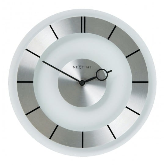 Horloge murale rétro design avec des couleurs argentées