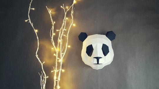 Trophée papier design d'un panda pour un intérieur nature