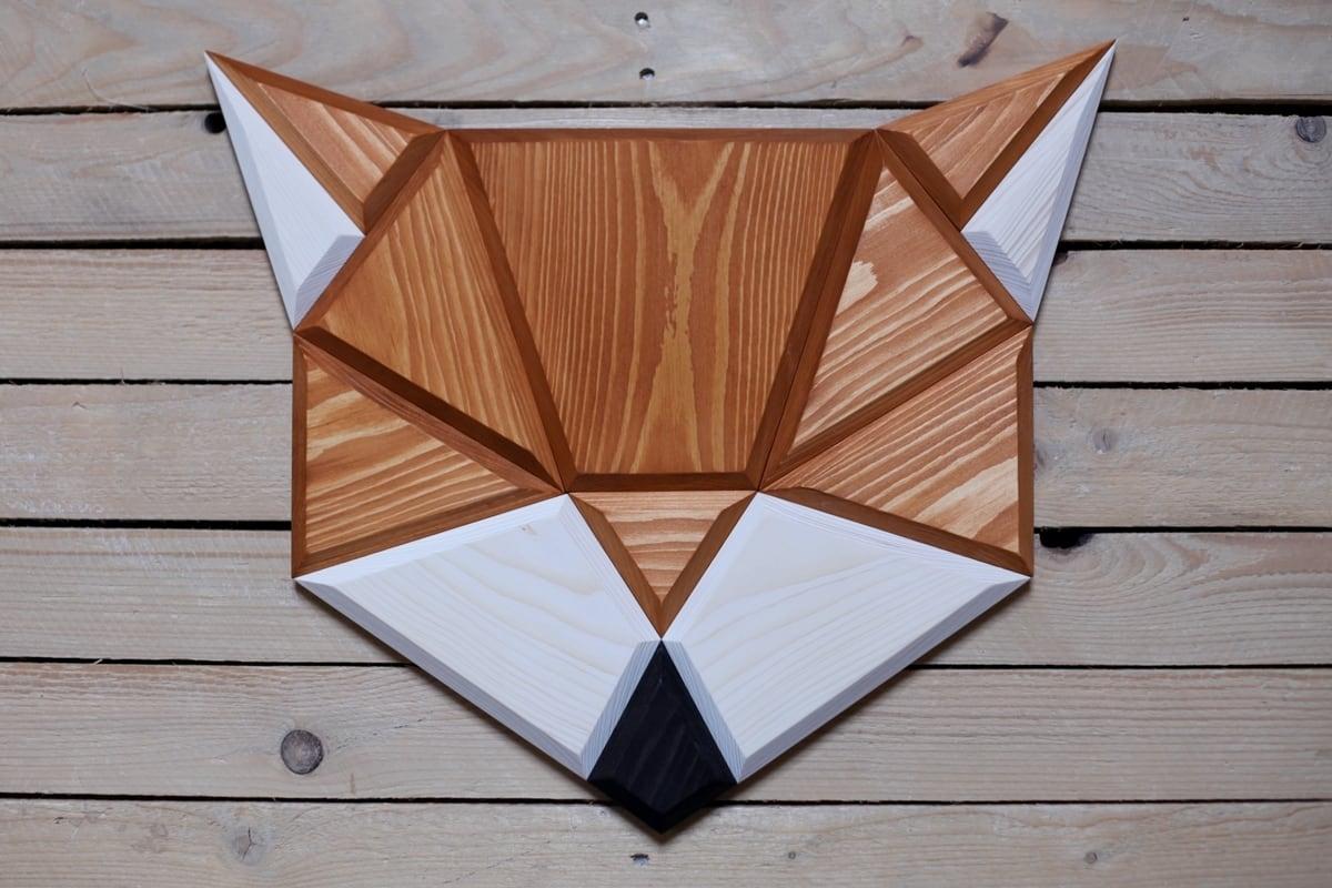 Décoration murale bois polygon d'un renard aux couleurs énergisantes pour un intérieur stylé